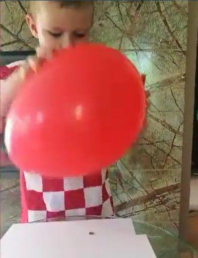 doświadczenie z balonem i pinazkami